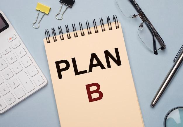 Napis na planie b. zarządzanie kryzysowe w biznesie. alternatywny