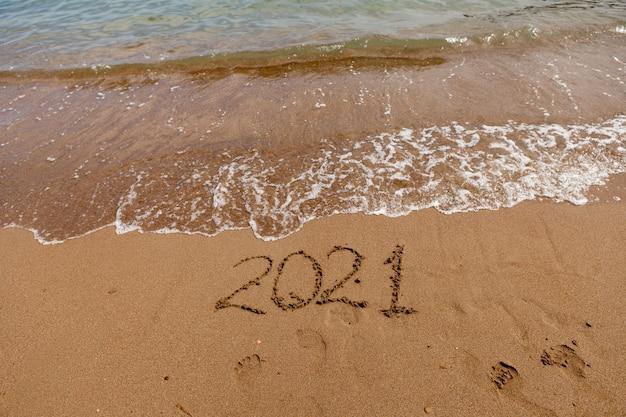 Napis na symbolu piasku na wybrzeżu z widokiem na morze letnie wakacje w nowym sezonie