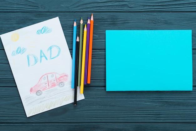 Napis na tacie z rysunkiem samochodu i czystym papierem