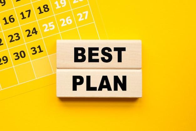Napis najlepszy plan na cubes, żółty długopis na żółtym tle. jasne rozwiązanie dla koncepcji biznesowej, finansowej, marketingowej