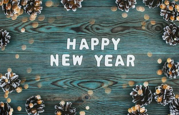 Napis noworoczny wykonany z białych drewnianych liter