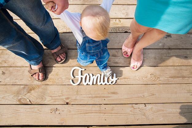 Napis o rodzinnym charakterze mostu trzech osób
