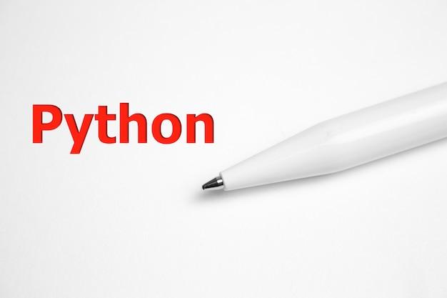 Napis python na kartce papieru w pobliżu pióra