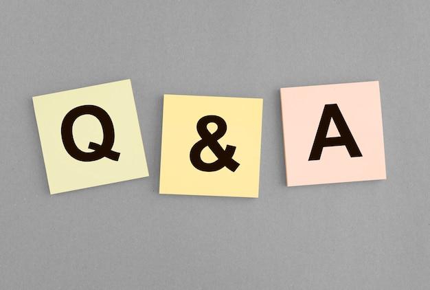 Napis qna na notatkach qa akronim q koncepcja pytania i odpowiedzi skrót na szarym tle