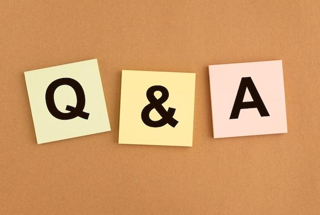 Napis qna na papierach. akronim kontroli jakości. koncepcja q. skrót pytań i odpowiedzi.
