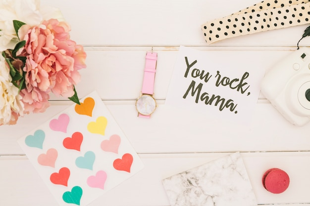 Napis rock mama z kwiatami i sercami