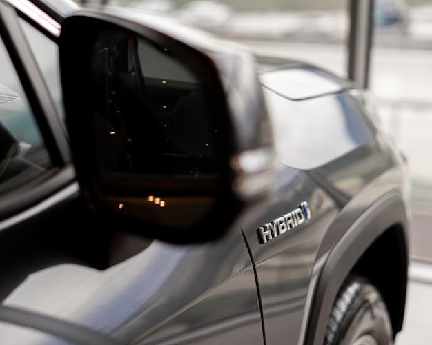 Napis samochodu hybrydowego z boku samochodu