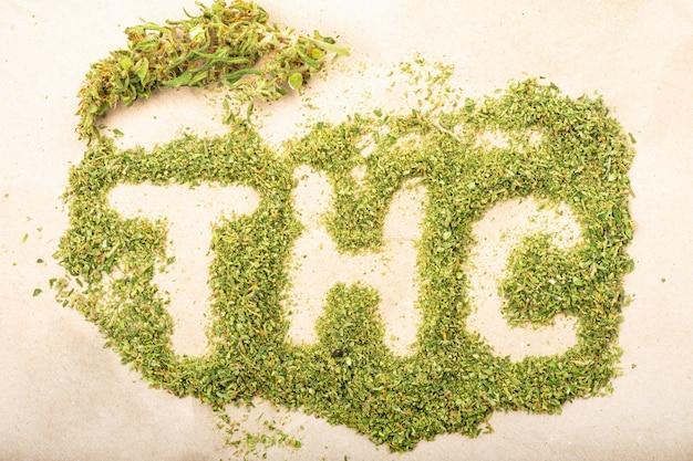Napis słowny wykonany z zielonych pąków konopi