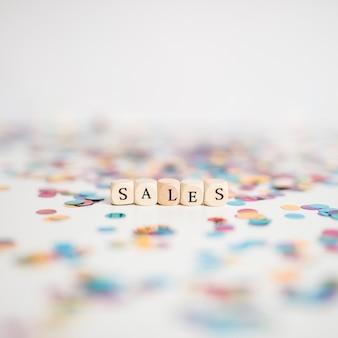Napis sprzedażowy na małych kostkach z konfetti