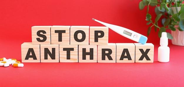 Napis stop anthrax jest wykonany z drewnianych kostek na czerwono