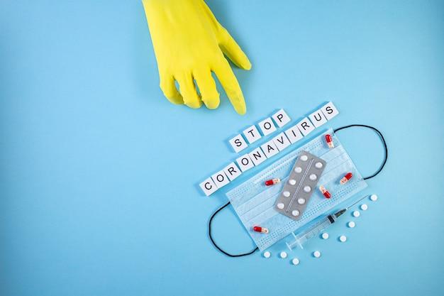 Napis stop coronavirus na niebieskim tle. koronawirus (covid-19.