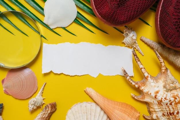 Napis światowego dnia turystyki na żółtym tle, z liśćmi palmowymi, muszlą małża i płaskim tłem butów