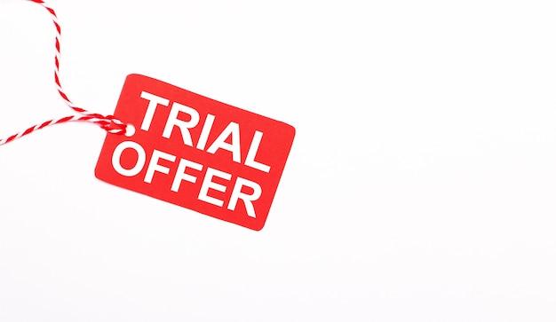 Napis trial oferta na czerwonej metce na jasnym tle. koncepcja reklamy. skopiuj miejsce