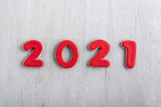 Napis w czerwone liczby 2021 z piernika na szarym tle. nowy rok 2021.
