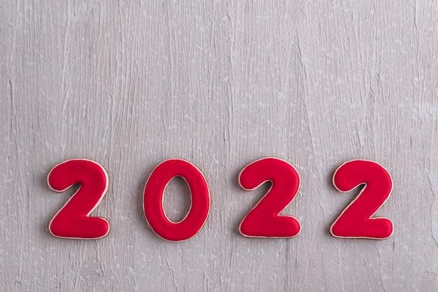 Napis w czerwonych cyfrach 2022 z piernika na szarym tle. nowy rok 2022. zbliżenie.