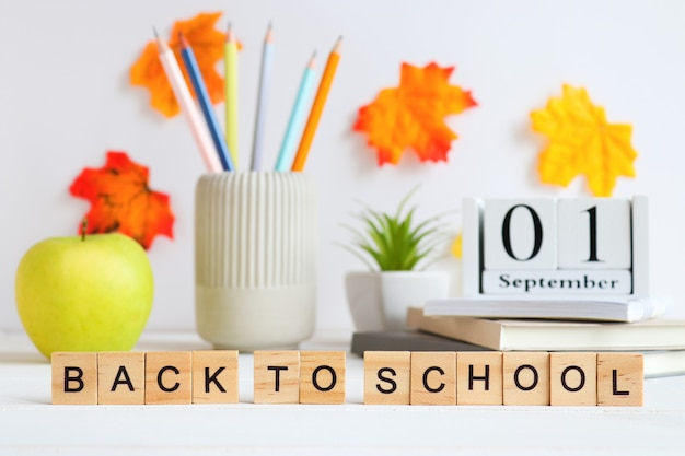 Napis z powrotem do przyborów szkolnych i szkolnych zeszyty ołówki kalendarz roślinny ect