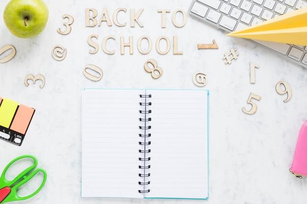 Napis z powrotem do szkoły i stacjonarny na stole