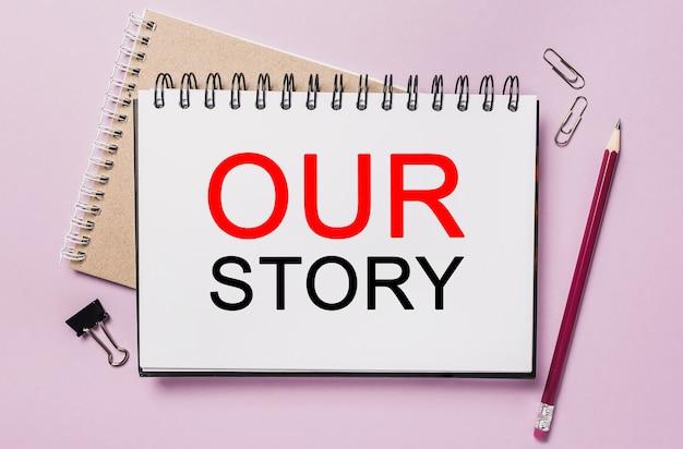 Napisz naszą historię na białej naklejce z tłem biurowym. mieszkanie leżało na koncepcji biznesu, finansów i rozwoju