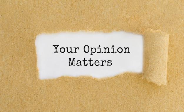 Napisz swoją opinię ma znaczenie za podartym brązowym papierem