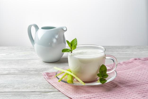 Napój airan lub kefir, napój ze sfermentowanego mleka, sfermentowane probiotyki
