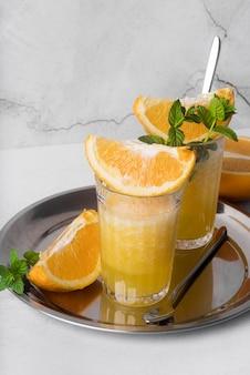 Napój alkoholowy koktajl z pomarańczowym wysokim widokiem