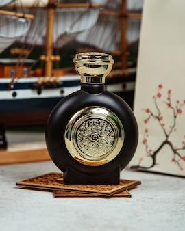 Napój alkoholowy w kolorze czarnym na stole