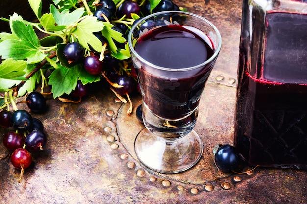 Napój alkoholowy z jagodami