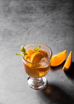 Napój alkoholowy z kawałkami pomarańczy