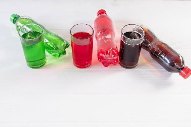 Napój bezalkoholowy w szklance na białym tle