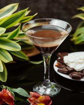 Napój czekoladowy w szklance martini