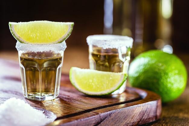 Napój destylowany z solą i cytryną. kieliszek tequili, typowego meksykańskiego drinka w barze. międzynarodowy dzień tequili.
