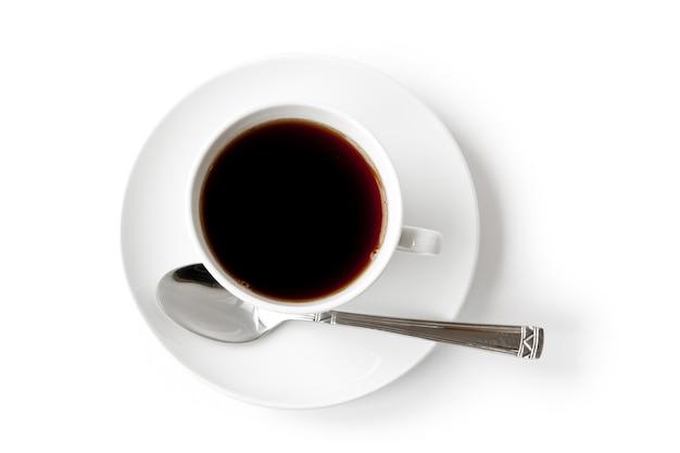 Napój. filiżanka czarnej kawy na białym tle