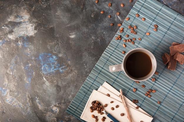 Napój i ziaren kawy kopii przestrzeń