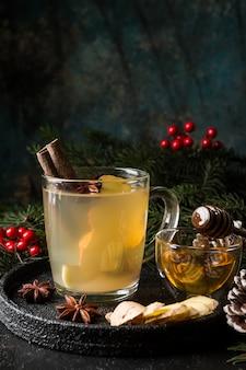 Napój imbirowy w szklanym kubku z dekoracjami świątecznymi