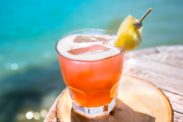 Napój mai tai na barze na plaży. zamknij napój alkoholowy.