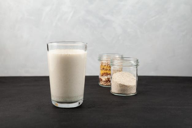 Napój misutgaru lub misugaru latte zdrowy koktajl proteinowy z prażonym proszkiem wieloziarnistym