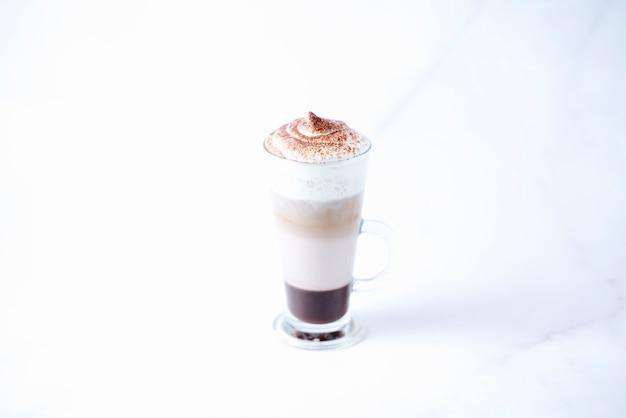 Napój mleczny i kawowy z bitą śmietaną