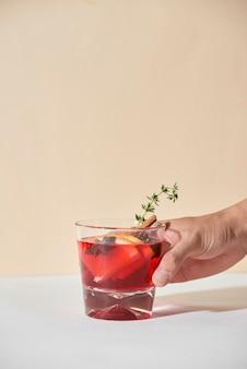 Napój na boże narodzenie lub święto dziękczynienia. koktajl jesienno-zimowy - grog, gorąca sangria, grzane wino z herbatą, cytryną, rzymem, cynamonem, anyżem i innymi przyprawami.