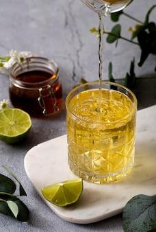 Napój pod dużym kątem z plasterkiem limonki