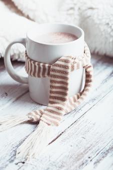 Napój rozgrzewający - kubek kakao z mlekiem na stole