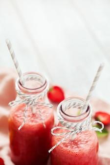 Napój smoothie z truskawkami