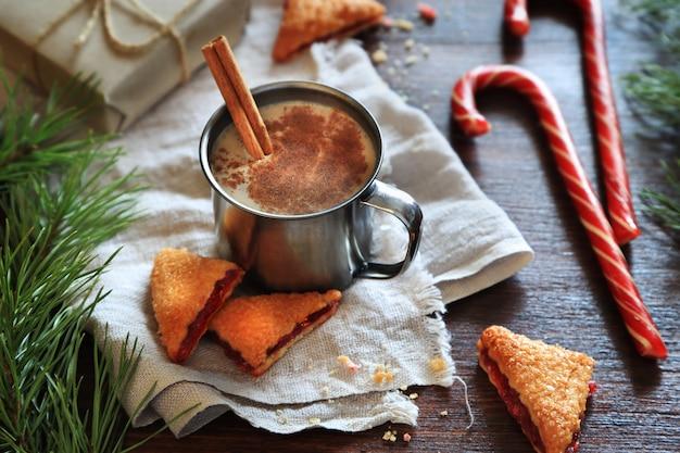 Napój świąteczny, ciasteczka i jodły