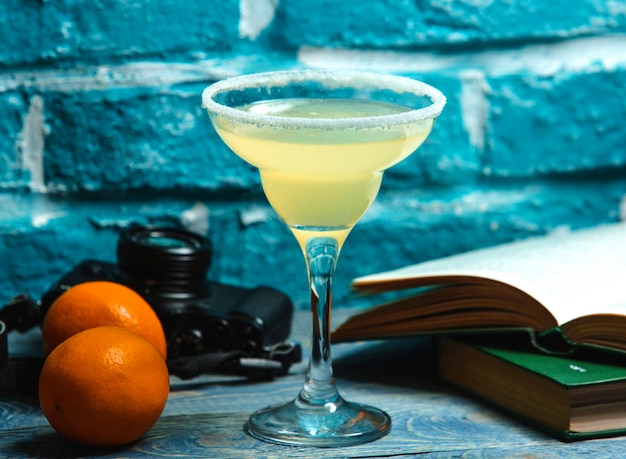 Napój w kolorze cytryny w szklance wcieranej solą