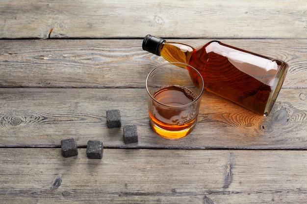 Napój whisky w szkle z kamieniem. alkohol