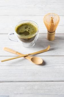 Napój z zielonej herbaty matcha i akcesoria. koncepcja japońskiej ceremonii parzenia herbaty.