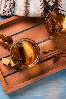 Napój zimowy. ciepły grzany jabłkowy z przyprawami