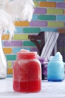 Napoje bezalkoholowe z kolorowym tłem