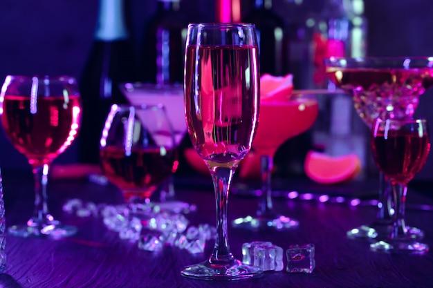 Napoje koktajlowe z lodem w lampkach klubowych