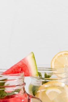 Napoje owocowe z bliska z miejscem na kopię