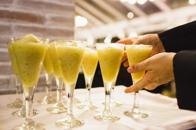 Napoje podczas ślubu w szklanych kubkach z lodem